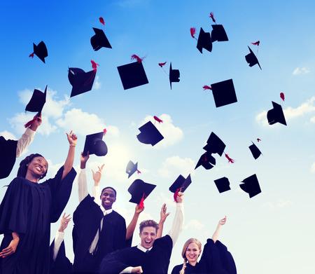 egresado: Grupo de Estudiantes Internacionales diversos que celebran la graduaci�n