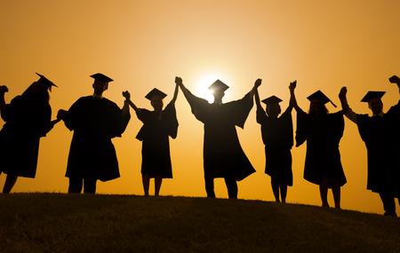 toga graduacion: Los graduados de la mano celebrando