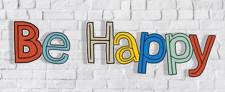 Seien Sie glücklich und Backsteinmauer in der Zurück