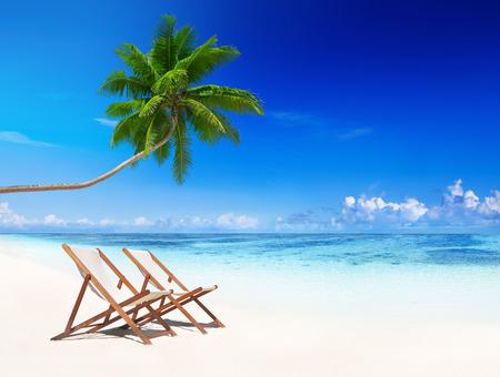 clima tropical: Sillas de cubierta en la playa tropical.