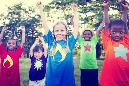 幸福のお祝いの屋外コンセプトで遊ぶ子供たち