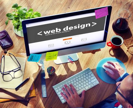 bureau design: Web Designer travaille sur un nouveau projet Banque d'images