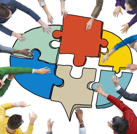 hombres ejecutivos: La gente de negocios que forman un rompecabezas burbuja del discurso Jigsaw Foto de archivo