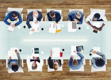 administracion de empresas: La gente de negocios tener una reuni�n en la oficina