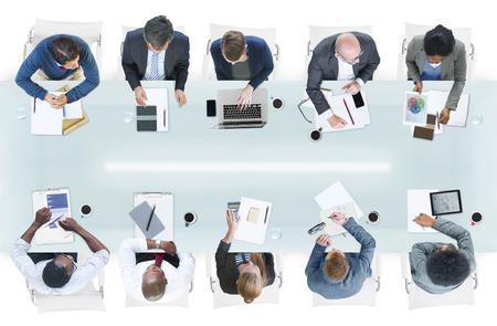Groep van verschillende mensen uit het bedrijfsleven in een vergadering