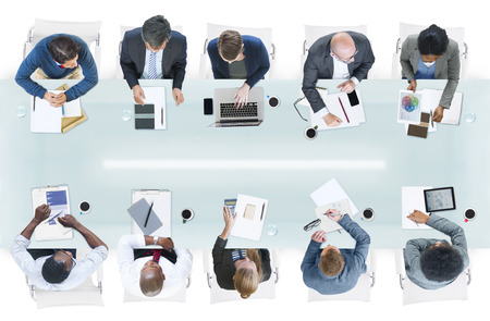 reunion de trabajo: Grupo de hombres de negocios diversos en una reuni�n