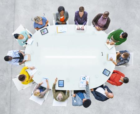 personas unidas: Grupo de hombres de negocios diversos en una reuni�n