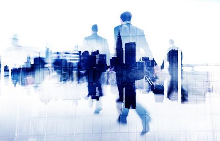 caminando: Poca gente de negocios en una ciudad Scape Foto de archivo