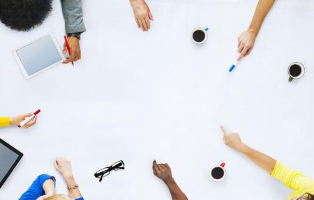 estudiando: Grupo de hombres de negocios de planificaci�n para un nuevo proyecto