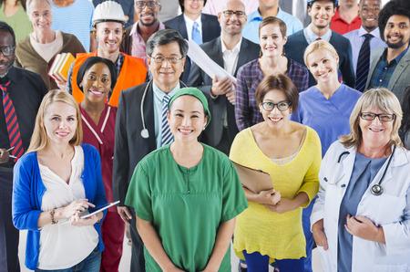 community group: Gran grupo de personas diversas con diferentes ocupaciones