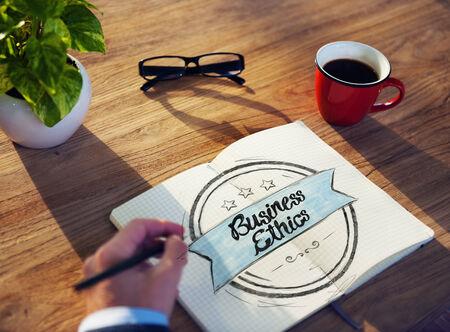 etica empresarial: El hombre y el Bloc de notas con Business Concept �tica Foto de archivo