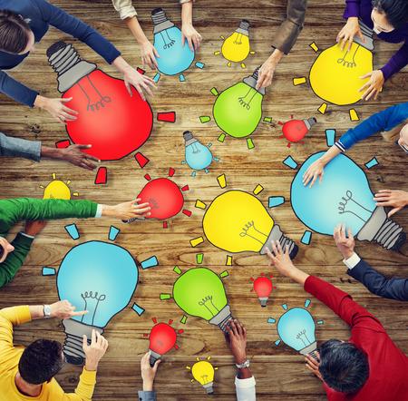 comunidad: Grupo de personas con s�mbolo de la bombilla