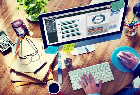 planung: Mann im Büro arbeiten über die Rechnungslegung