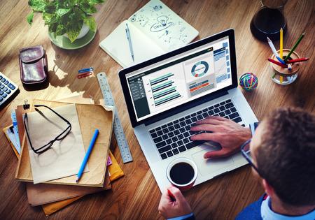 administrativo: An�lisis Hombre Business Accounting en la computadora port�til