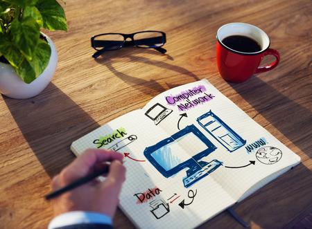 computer netzwerk: Gesch�ftsmann Brainstorming �ber Computernetzwerk