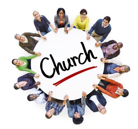 Multi-etnische groep van mensen en kerk Begrippen
