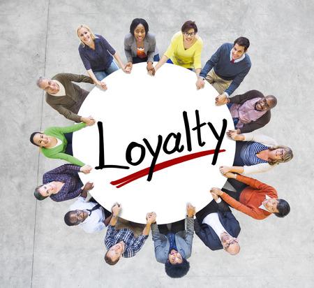 Groep Mensen Holding handen om Letter Loyalty