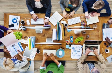 Groep van multi-etnische drukke mensen werken in een kantoor