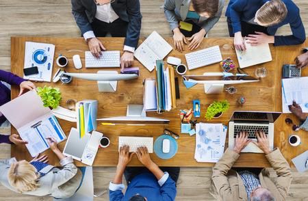 trabajando: Grupo de multi�tnicos gente ocupada trabajando en una oficina