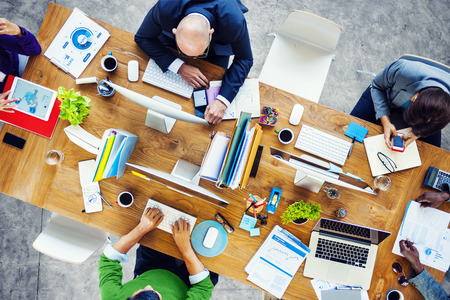 trabajando: Grupo de multiétnicos gente ocupada trabajando en una oficina