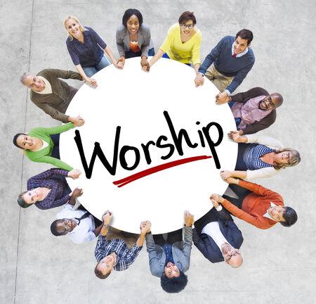 多様な人々 が手を繋いでいる崇拝の概念 写真素材
