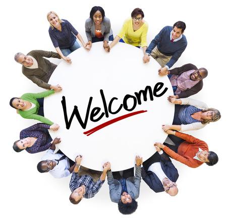 Groep mensen hand in hand rond het woord Welkom Stockfoto - 34404027