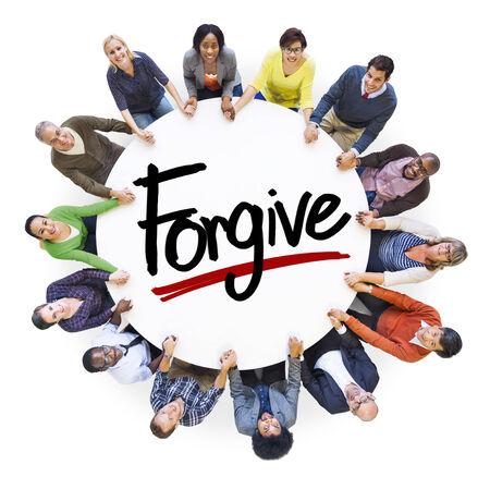 perdonar: Gente Diversos De la mano y Forgive Concept