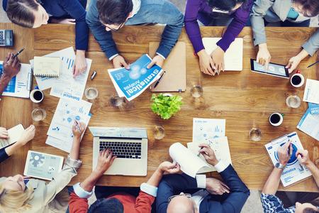lluvia de ideas: Grupo de hombres de negocios en una reuni�n