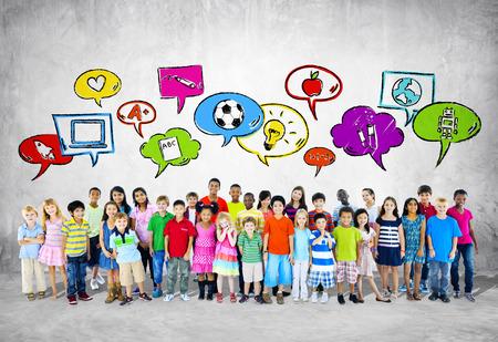children studying: Grupo grande de pie Estudiante