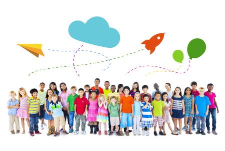 fondo blanco: Grupo grande de multiétnicos niñez Actividades Foto de archivo
