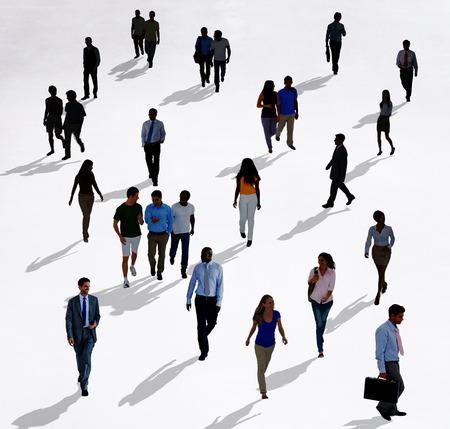 persona caminando: Multitud Personas Diversas pie Concepto aislado