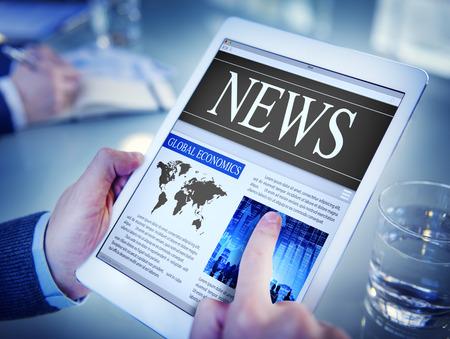 medios de comunicaci�n social: Hombre que lee las noticias en una tableta digital