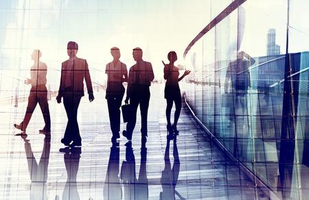 empleados trabajando: Siluetas de hombres de negocios a pie en la Oficina Foto de archivo