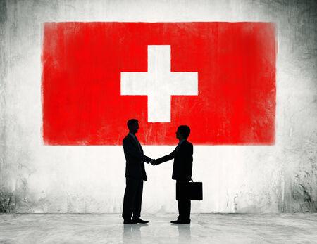 zwitserland vlag: Zwitserland vlag en een groep mensen uit het bedrijfsleven.