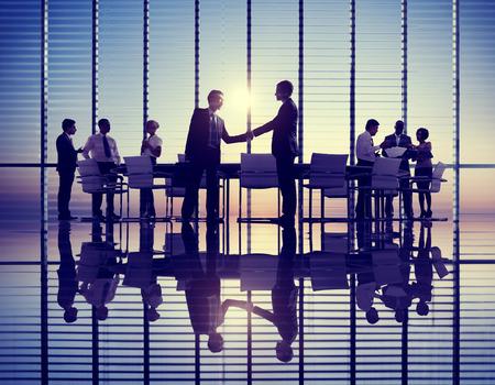 personas saludandose: Grupo de hombres de negocios reunión en Contraluz