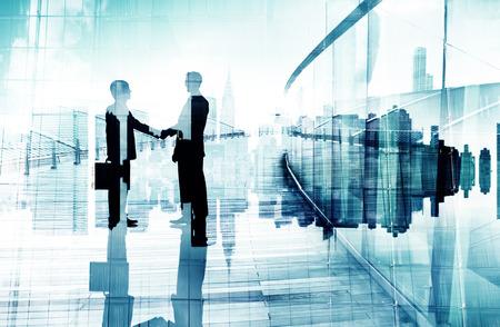Silhouetten van twee Ondernemers met een handdruk Stockfoto