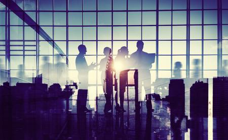 communication occupation: Silhouette Gruppo di uomini d'affari riunione in ufficio
