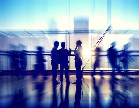 personas platicando: Grupo de hombres de negocios en el edificio de oficinas