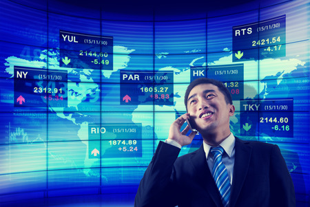 証券取引所ビジネスのグローバルな分析話電話のコンセプト