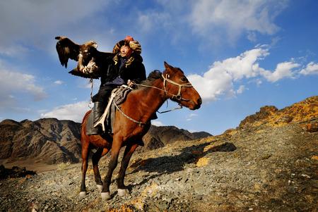 cazador: Hombres kazajos tradicionalmente cazan zorros y lobos utilizando águilas reales formados. Olgei, Mongolia occidental. Foto de archivo