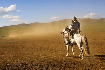 Lone homme à regarder la foule des soldats de loin. Banque d'images - 34402540