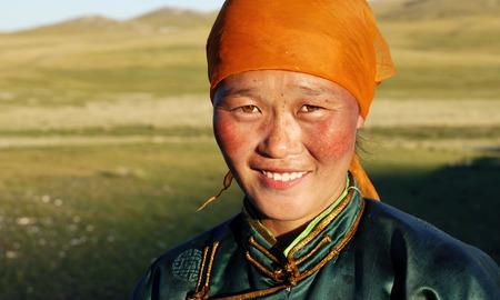 遅い午後の日差しの美しい若いモンゴル女性。
