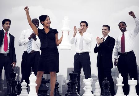 체스 게임 개념을 승리 비즈니스 사람들이 축하 스톡 콘텐츠