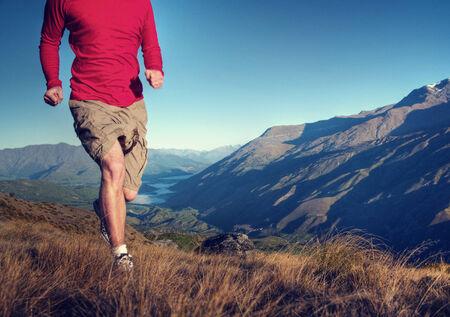 hombre fuerte: Hombre Monta�as jogging Ejercicio Bienestar Concepto Foto de archivo
