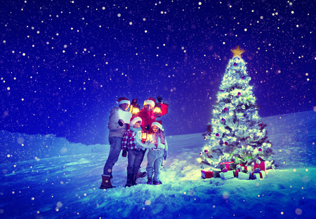 gente cantando: Navidad Family Tree Carol Nieve Concepto Foto de archivo