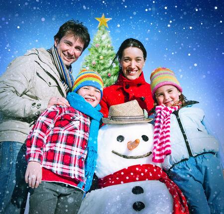 ropa de invierno: Navidad de la familia de vacaciones de invierno Felicidad Foto de archivo