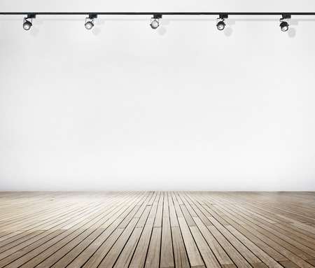 흰 벽과 스포트 라이트와 나무 바닥