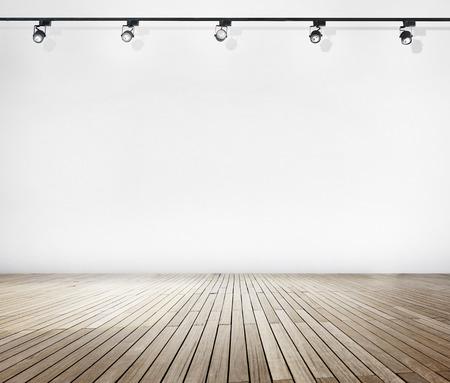 Pared blanca y suelo de madera con proyectores Foto de archivo - 34402092