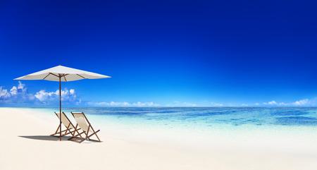 strandstoel: Ligstoel op het tropische strand. Stockfoto
