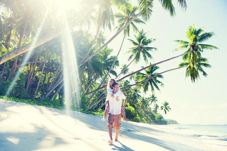 playas tropicales: Un par de relax en la playa. Foto de archivo